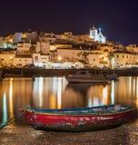 Gammal havsstad av Ferragudo i ljus på natten Fotografering för Bildbyråer
