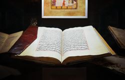 Gammal helig islamisk bokKoranen öppnade läderräkningen som jämfördes till royaltyfri bild