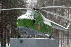 Gammal helikopter Mi-4 för USSR på sockeln Royaltyfria Bilder