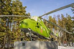 Gammal helikopter Mi-4 för USSR på sockeln i skog Royaltyfria Bilder