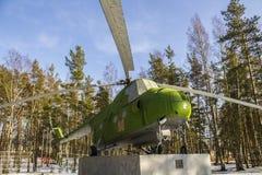 Gammal helikopter Mi-4 för USSR på sockeln i skog Royaltyfri Fotografi
