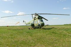 Gammal helikopter Mi-2 på gräs Yalutorovsk Ryssland Arkivfoton