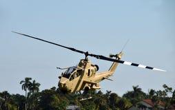 Gammal helikopter ovanför jordningen Arkivbild