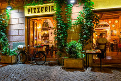 Gammal hemtrevlig gata på natten i Trastevere, Rome royaltyfria foton