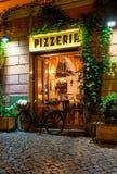 Gammal hemtrevlig gata på natten i Trastevere, Rome royaltyfri fotografi