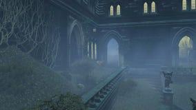 Gammal herrgård för bevuxen borggård på den dimmiga natten