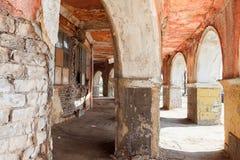 Gammal historisk byggnad med bågen Fotografering för Bildbyråer