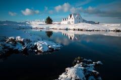 Gammal historisk byggnad på den Reykjanes halvön i Island Härlig solnedgångvattenreflexion Mest populärt ställe i guld- cirkel royaltyfri bild