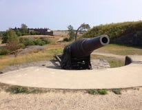 Gammal historisk försvarkanon i Suomenlinna, Finland royaltyfri foto