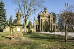 Gammal historisk fantastisk portal för neo-renässans stilkyrkogård i Horice i Tjeckien, solig dag royaltyfria bilder