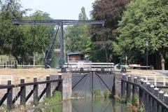 Gammal historisk slussinstallation från floden IJssel till staden av Zwolle i Nederländerna som används nuförtiden som en monumen arkivfoto
