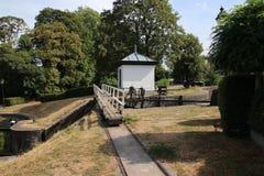 Gammal historisk slussinstallation från floden IJssel till staden av Zwolle i Nederländerna som används nuförtiden som en monumen royaltyfri foto