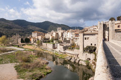 Gammal historisk stenbro av den catalonian staden av Besalu Fotografering för Bildbyråer