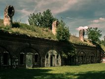Gammal historisk tegelstenbyggnad från tiden av kriget royaltyfri foto