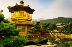 Gammal historisk tempelbyggnad i asiatiskt land under vårsäsong arkivfoto