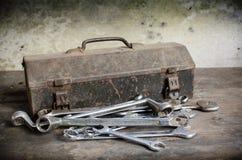 Gammal hjälpmedelask med skiftnyckeln Fotografering för Bildbyråer