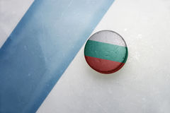 Gammal hockeypuck med nationsflaggan av Bulgarien Arkivbilder