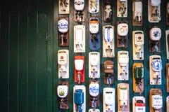 Gammal holländsk kaffekvarnsamling på en grön wood vägg Royaltyfri Foto