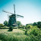 Gammal holl?ndsk v?derkvarn, Amsterdam De Riekermolen, Amstelpark, Amstel flod arkivbild