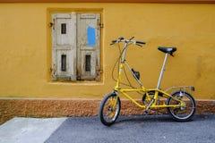 Gammal hopfällbar cykel Arkivbild