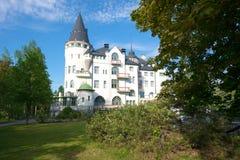 Gammal hotell-slott `-Linnahotelli ` på en solig Juni dag Finland Imatra royaltyfria foton