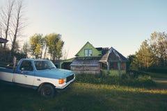 Gammal housee och bil i Gaspésie Arkivbild