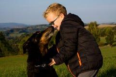 Gammal hund med den unga pojken Arkivbild