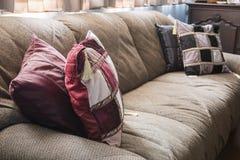 Gammal husmöblemang och garnering med varmt ljus för afton Arkivbild
