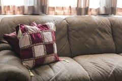 Gammal husmöblemang och garnering med varmt ljus för afton Royaltyfria Foton