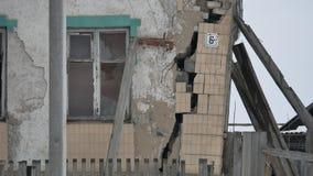 Gammal husspricka från jordskalvet väggen av ett hus faller fördärvar en byggnad utomhus lager videofilmer