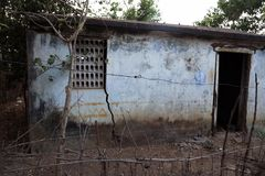 Gammal husvägg med den öppna dörren och fönstret Arkivbilder