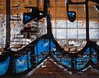 Gammal husvägg med grafitti Arkivfoton