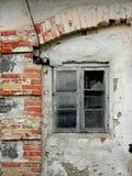 gammal husvägg med träfönstret Royaltyfri Fotografi