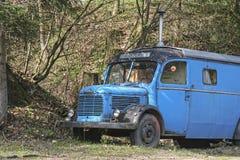 Gammal husvagn i skogen Royaltyfri Foto