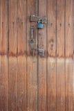 Gammal huvudnyckel på den wood dörren Arkivfoton