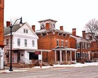 Gammal by i vinter Arkivbild