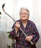 Gammal ilsken kvinna som hotar med en rotting fotografering för bildbyråer