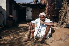 Gammal indisk man som röker vattenpipan Royaltyfria Bilder