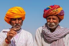 Gammal indisk man två med den färgrika turbanen Fotografering för Bildbyråer