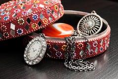 Gammal indisk smyckenask med örhängena Fotografering för Bildbyråer