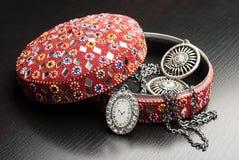 Gammal indisk smyckenask med örhängena Arkivfoto