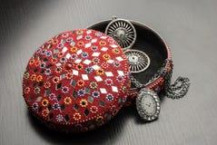 Gammal indisk smyckenask med örhängena Royaltyfria Bilder