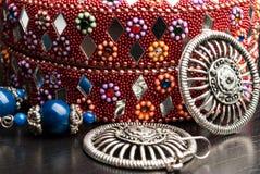 Gammal indisk smyckenask med örhängena Arkivfoton