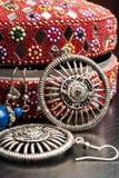Gammal indisk smyckenask med örhängena Arkivbild
