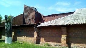 Gammal industribyggnad på en solig dag royaltyfri fotografi