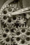 Gammal industriell mekanism med rostiga kugghjul Arkivbilder