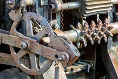 Gammal industriell mekanismcloseup rostiga kugghjul och kugghjul Royaltyfri Fotografi