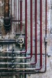 Gammal industriell vägg av rör och föråldrade delar Royaltyfri Fotografi