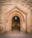 Gammal ingång i Castel del Monte, berömd medeltida fästning i Apulia, sydliga Italien Royaltyfri Fotografi