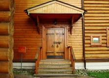 Gammal ingångsdörr till trähuset Kolomenskoye parkerar moscow arkivbild